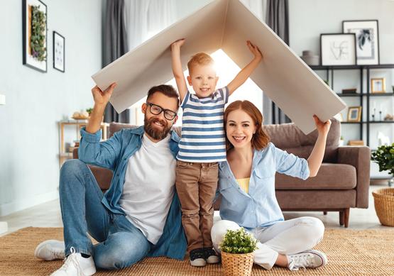 image-familie-wohnzimmer-sicherheit-zuhause