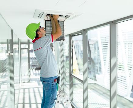 installateur-sicherheitstechnik-in-buero-deckenschacht